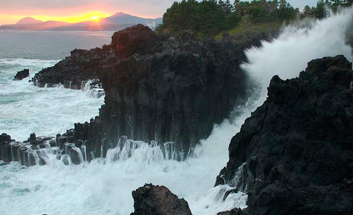 waves-crashing-at-Jeju-do,-South-Korea