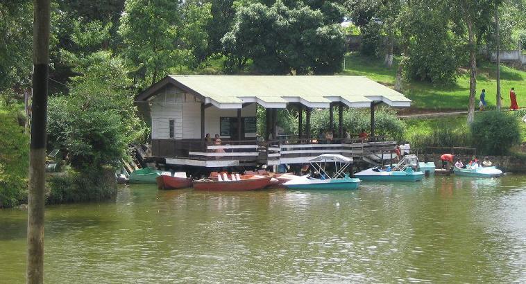 Boating in Wark Lake